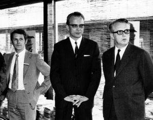 Isenkræmmer Anton Østergaard i midten og Manufakturhandler Poul Christensen til højre