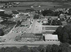 Den gamle Markedsplads ligger lige bagved Hammel Station, som ses i forgrunden af billedet