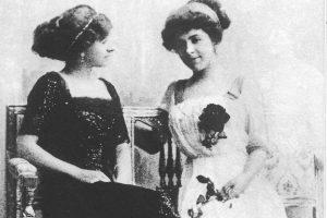 Anna Margrethe Krag-Juel-Vind-Frijs til Frijsenborg, kaldet Daisy ,sammen med grandkusinen Karen Blixen
